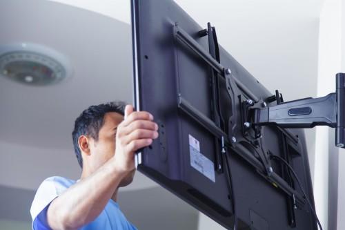 Как повесить на кронштейн телевизор Samsung 32